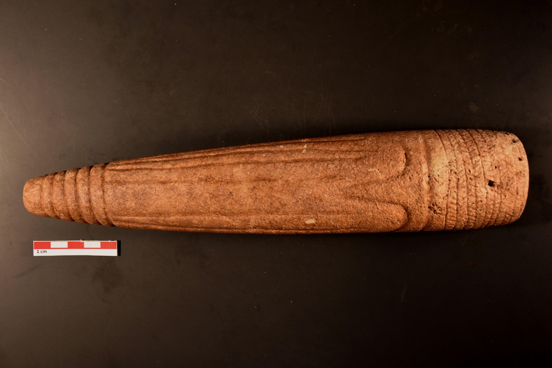 Ídolo semi-cilíndrico decorado, calcário, Casaínhos, Loures